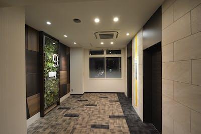 【共有部の施工事例】 エレベーターホールやトイレにフェイクグリーンを設置!演出効果が想像以上と好評です。