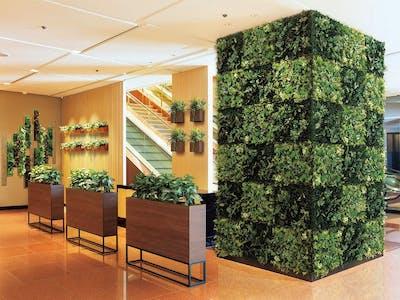 【ホテルのエントランスの施工事例】デザイン性の高いフェイクグリーンで空間を魅力的に引き立てます。