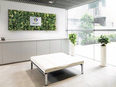 【オフィスの施工事例】企業イメージ向上に、清潔でクリーンな イメージのフェイクグリーン装飾がおすすめです。