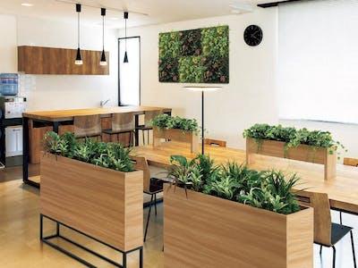 【リフレッシュスペースの施工事例】仕切り、テーブル、壁面にフェイクグリーンを使って、癒しの空間が作れます。