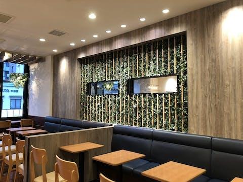 カフェのグリーン装飾 店舗内装業者様
