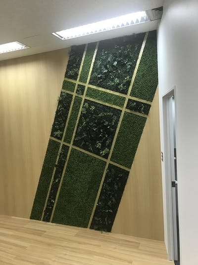 【オフィス壁面の施工事例】フレームレスで製作し、施工業者様で形状加工しました。質感もいいと好評価でした。