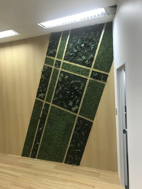 壁装飾にグリーンパネル使用事例 株式会社デフプラン様