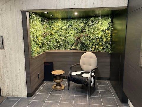 【オフィスビルの施工事例】 エントランスのニッチ部に壁面緑化。インパクトがあり空間の印象がガラリと変わります。