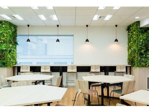 【オフィスの施工例】オフィス移転に伴い、フェイクグリーンをご使用いただきました。社員の方からも好評でした。