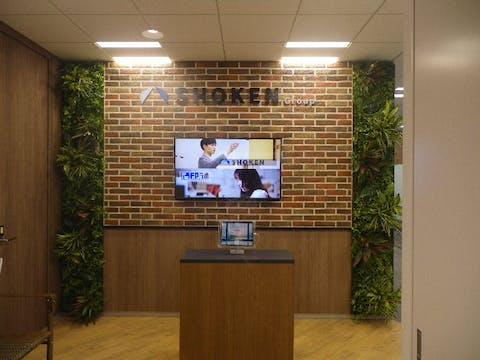 【エントランスの施工事例】企業の顔であるエントランスをグリーンで華やかに装飾!おもてなし空間が作れます。