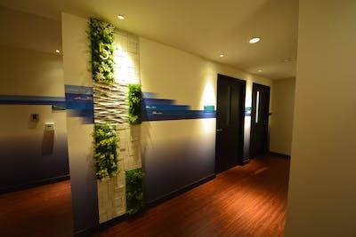 【共有ペースの施工事例】各フロアの共有部に特注仕様のフェイクグリーンで装飾して頂きました。