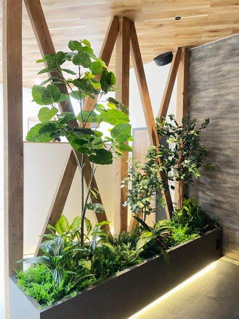 【美容室の施工事例】間仕切りとして、人工樹木を使用する事で、清潔感のある、明るい空間が実現できました。