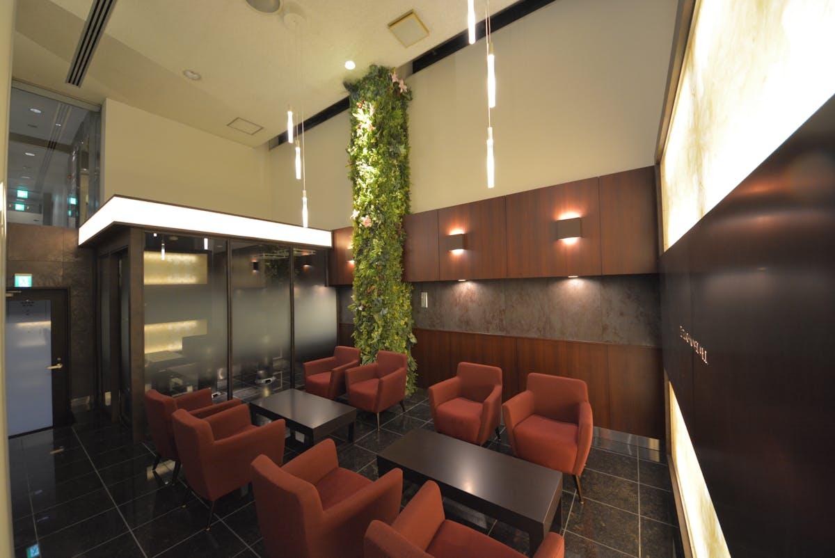 オフィスビルの共有部のリノベーション グリーンパネル、グリーンポット使用事例2