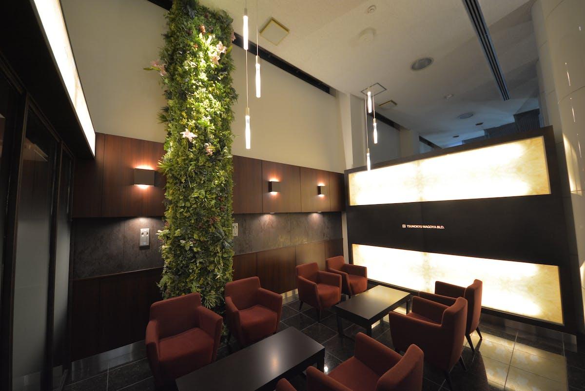 オフィスビルの共有部のリノベーション グリーンパネル、グリーンポット使用事例1