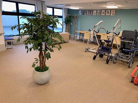 【福祉施設の施工事例】空間にグリーンを取り入れる事で、より明るい印象になっています。