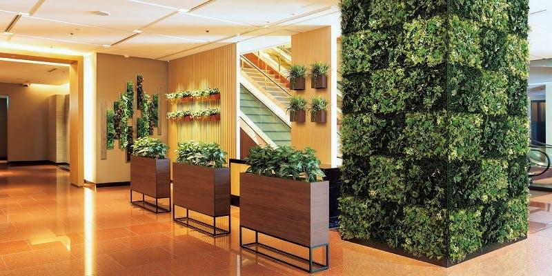 ホテル、エントランス、グリーンポット、グリーンスタンド、グリーンパネル、グリーン装飾、グリーン演出、フェイクグリーン